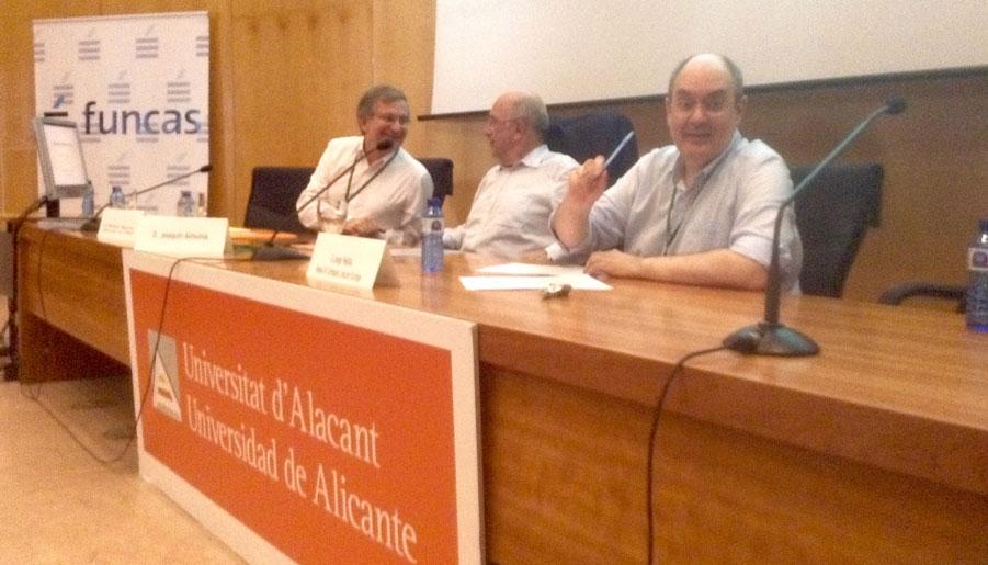 De izquierda a derecha, Rafael Repullo, Joaquín Almunia y Jorge Padilla durante la mesa redonda.