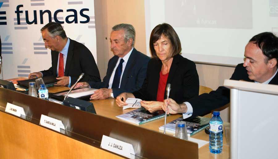 """Carlos Ocaña, José María Marín, Teresa García-Milá y Juan José Ganuza durante la presentación del número 145 de """"Papeles de Economía Española""""."""