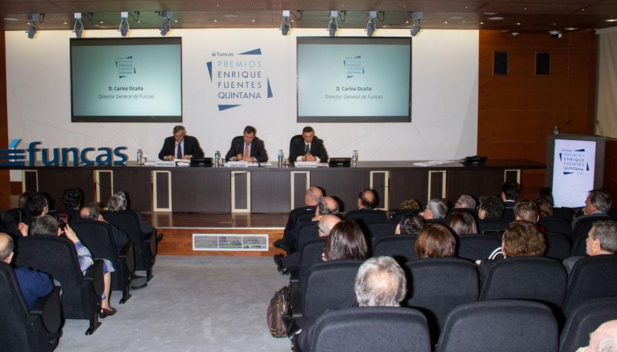 Carlos Ocaña, director general de Funcas; Jorge Sáinz, secretario general de Universidades; y José Félix Sanz, director de estudios tributarios de Funcas, durante el acto de entrega de los premios Enrique Fuentes Quintana.