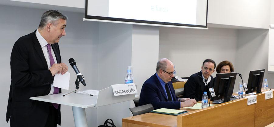 Carlos Ocaña presenta el seminario en presencia de Jorge Padilla, Juan José Ganuza y Natalia Fabra.